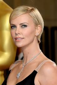 Charlize Theron Short Hair Style Charlize Theron Liquid Eye Liner Pale Lips Beauty Oscars 1138 by wearticles.com