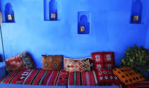 moroccan interior design ideas. blue paint and warm moroccan decor accessories, decorative pillows textiles in style interior design ideas
