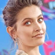 paris jackson s makeup artist breaks down the hazy shadow trend