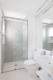 Você pode usar cortinas no box, faixas decorativas em paredes, contrastes de revestimentos, recortes de bancadas e muito mais. Banheiros Com Pastilhas De Vidro Dicas E Mais De 75 Fotos