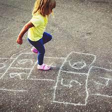 Los juegos mexicanos tradicionales nos ayudan al desenvolvimiento y desarrollo humano para poder obtener nuevas destrezas y habilidades como por lo contrario los juegos que los niños desarrollan o practican hoy en día, son muy sedentarios y omiten hacer la actividad físicas, así enfocándose más. Juegos Populares Los 10 Mas Tradicionales