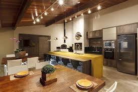 Para quem deseja construir uma área de lazer com churrasqueira e fogão a lenha, veja algumas fotos que selecionamos para ajudar na escolha da decoração desse espaço. Forno A Lenha Ganha Espaco O Liberal
