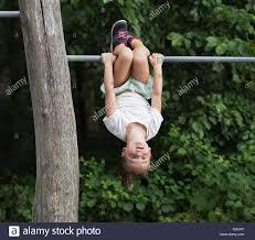 Mädchen Von Monkey Bar Kopfüber Hängend Stockfoto Bild