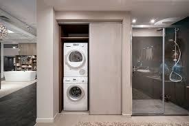 Aménagement de buanderie moderne avec porte coulissante et idée pour cacher son lave linge Ou Installer Son Meuble Pour Buanderie Mobalpa