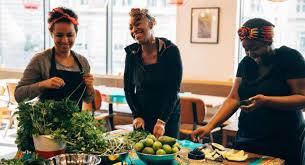 La Franco Gabonaise Ida Ossonemane Met La Cuisine Africaine à Lhonneur