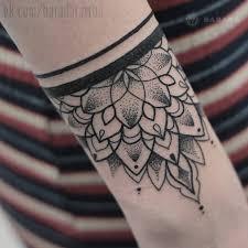 татуировка орнаментальный браслет на руке в стиле графика мастер