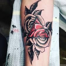 две розы и треугольник тату на предплечье у девушки добавлено