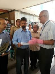 n s ramakanth interacting with anjum parvez ksrtc md during the installation of dust bins in majestic pic courtesy soild waste management round table