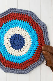 10 tshirt yarn ideas diy crochet tshirt yarn rug mollie makes