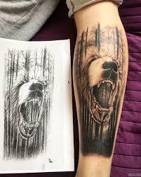 лес и оскал медведя тату на предплечье у парня добавлено