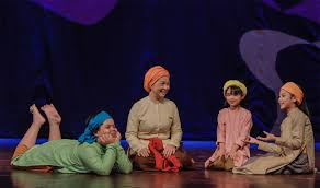 Kịch Tấm Cám của đạo diễn Singapore đung đưa giữa người lớn và trẻ em