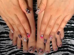 Vita prickar naglar