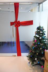 Christmas decoration in office - turn doors into gifts