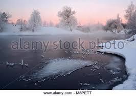 paysage d hiver dans des tons roses une rivière avec un floe entouré
