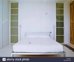 Ein Modernes Minimalistisches Weißes Schlafzimmer Mit Doppelbett