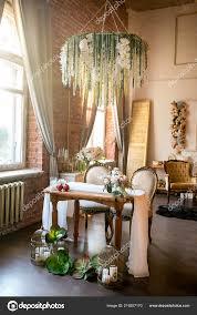 Esstisch Mit Klassischer Stühle Blumen Kronleuchter