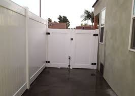 Vinyl fence double gate White Wood White Vinyl Privacy Fence In Los Angeles Ca Jj Fence Jj Fence Vinyl Fence Gallery Vinyl Fence Installation Los Angeles