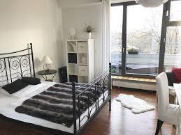 Schickt Eingerichtetes Schlafzimmer Mit Schwarz Weißen Möbeln