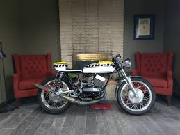 auiously enough eric s first street bike was his aunt s french blue 1977 yamaha rd400 what a cool aunt yamaha r5 cafe racer