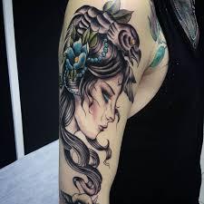 фото татуировки девушки в стиле нью скул на плече девушки фото