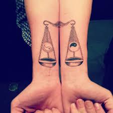 что означает тату весы наколка на плече значение татуировок на