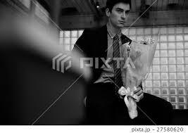 男性 外国人 花束 待つの写真素材 Pixta