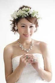 花冠で華やかな髪型に花嫁さんにおすすめしたいブライダルヘアアレンジ