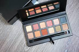 eyeshadow palettes färgerna känns väldigt mario väldigt jordnära och naturliga tre matta och nio skimriga nyanser de flesta