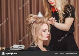 美容室ビューティー サロン ビジネス ウーマンのブロンドの髪で夜の
