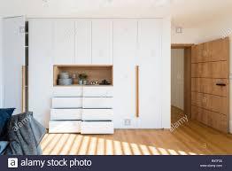 Weiß Holz Schrank Mit Offenen Fachböden Im Schlafzimmer Des