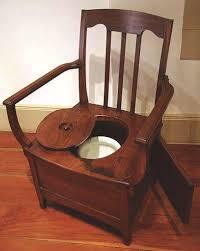 vaso sanitário da idade média trono de madeira com coletor de dejetos