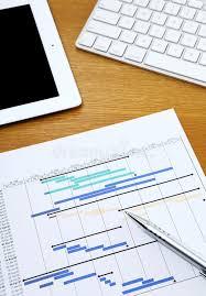 Планово контрольный график планирования проекта с клавиатурой   Планово контрольный график планирования проекта с клавиатурой таблетки и компьютера Стоковое Фото изображение