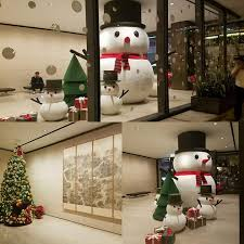 Christmas decoration for office Crazy Huge Snowman With Little Snowmen For Office Building Lobby Decor Youandkids 60 Fun Office Christmas Decorations To Spread The Festive Cheer At