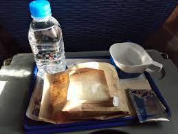 ขอภามหน่อยครับว่า บางกอกแอร์เวย์ไม่มีอาหารบริการบนเครื่องแล้วหรอครับ -  Pantip