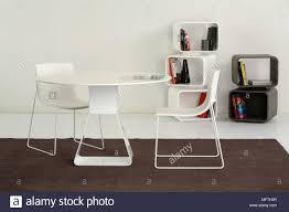 Ein Modernes Esszimmer Runder Weißer Tisch Mit Stühle Vor