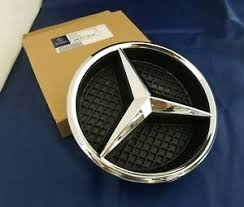 Turn the star counterclockwise, and pull it out. Mercedes C Class Front Grill Badge