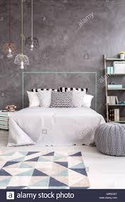Grau Schlafzimmer Mit Teppich Stilvolle Pendelleuchte Und