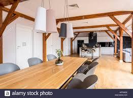 Moderne Lampen über Lange Esstisch Aus Holz Mit Dekorativen