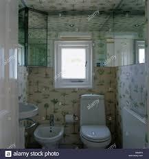 Tür Offen Grün Weiß Gemusterten Tapeten Im Kleinen Badezimmer Mit