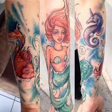 русалка с золотой рыбкой тату на предплечье у девушки добавлено
