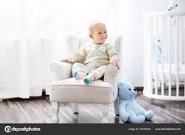 Baby Junge Im Schlafzimmer Kinderzimmer Bett Für Kind Stockfoto