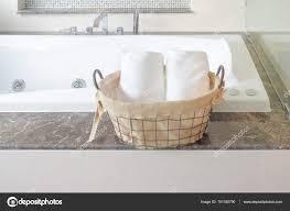 Handtuch In Korb Naxt Badezimmer Mit Badewanne Stockfoto