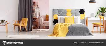 Gelbe Helle Schlafzimmer Mit Kleiderschrank Stockfoto