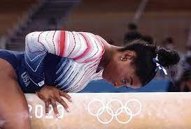 Simone Biles wint met brons op balk ...