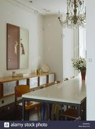 Esszimmer Mit Antiken Kronleuchter über Esstisch Stühlen Aus An Wand