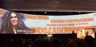 Resultado de imagem para Anna Muylaert, diretora do filme Que Horas Ela Volta, ao receber o prêmio Globo