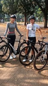 Instagram @lunamaya luna maya mengunggah foto dirinya tengah menjajal olahraga sepeda. Cantiknya Luna Maya Saat Gowes Sepeda Balap Cervelo Hitam