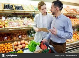 Lista De Compras Para El Supermercado Retrato Pareja Adultos Discutiendo Sobre Lista Compras Comprando