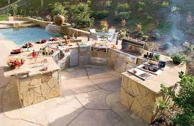 Chic And Trendy Backyard Designs With Pool And Outdoor Kitchen - Outdoor kitchen designs with pool