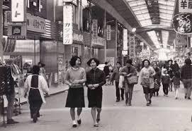 昭和の香りが思いっきり漂う商店街レトロ感満載の町並みにお連れし